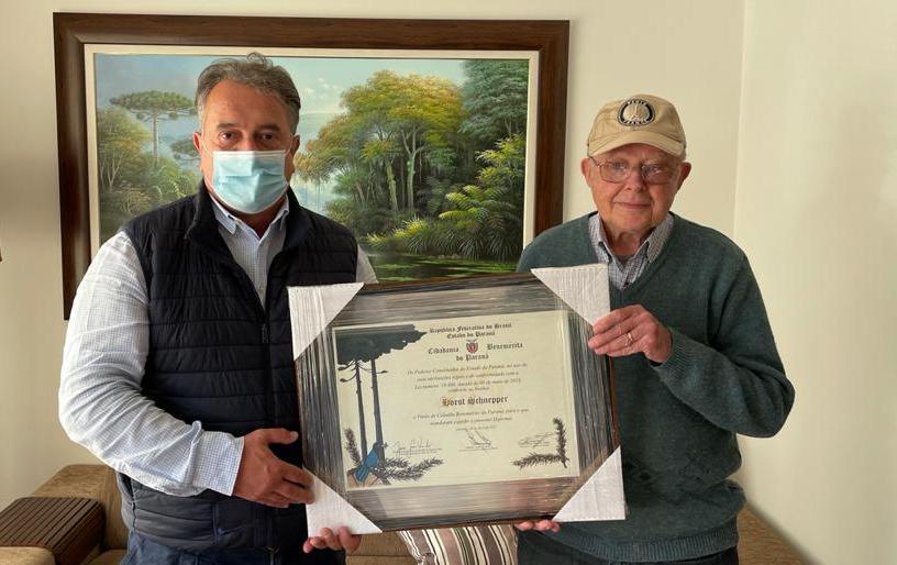Plauto Miró entrega título de cidadania para Horst Shnepper