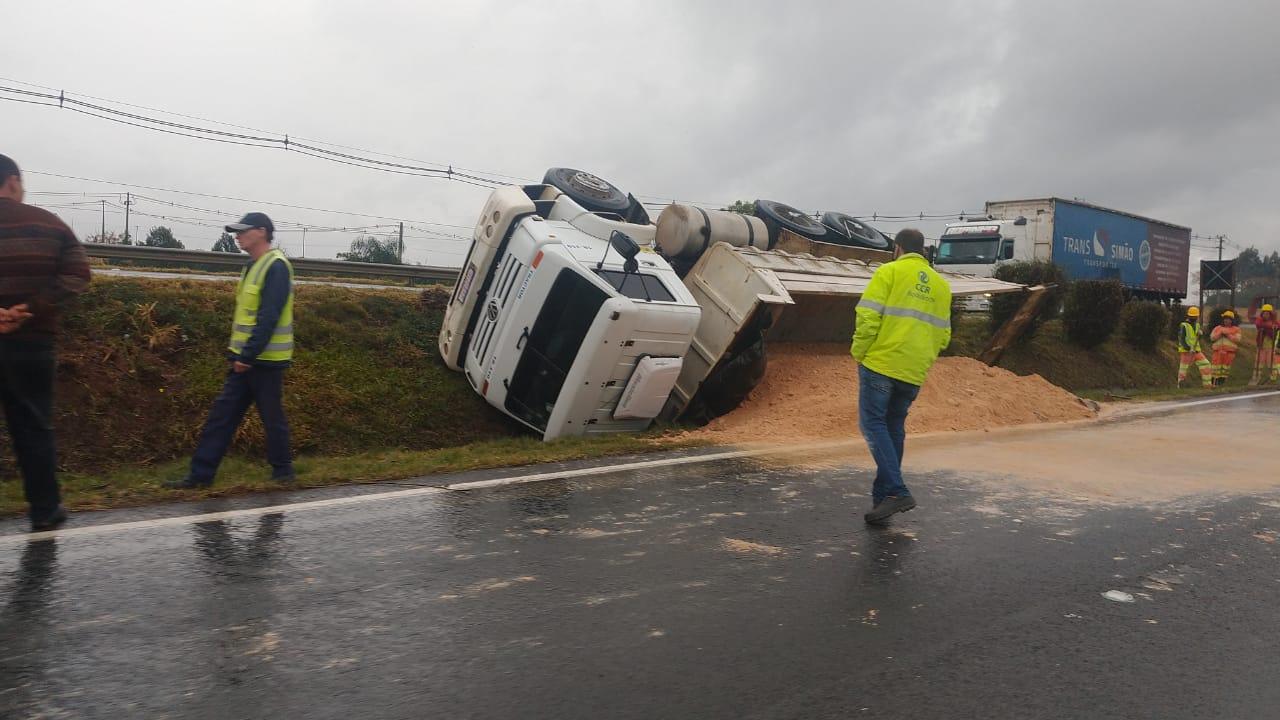 Caminhão carregado de cascalho tomba no canteiro central da PR-151