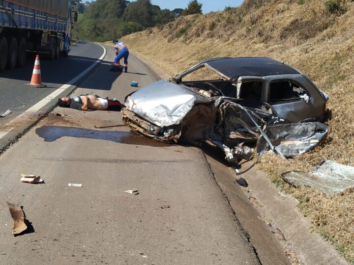 Carro bate violentamente com caminhão na BR-373