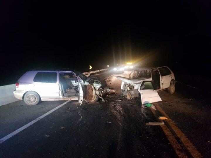 Colisão frontal mata duas pessoas na BR-277