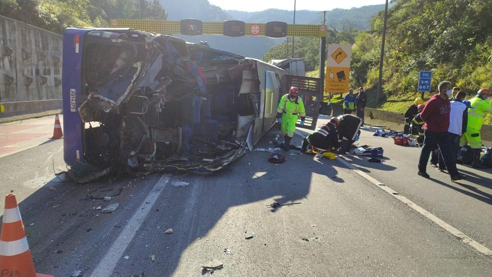 Ônibus com atletas do Umuarama tomba e mata duas pessoas na BR-376