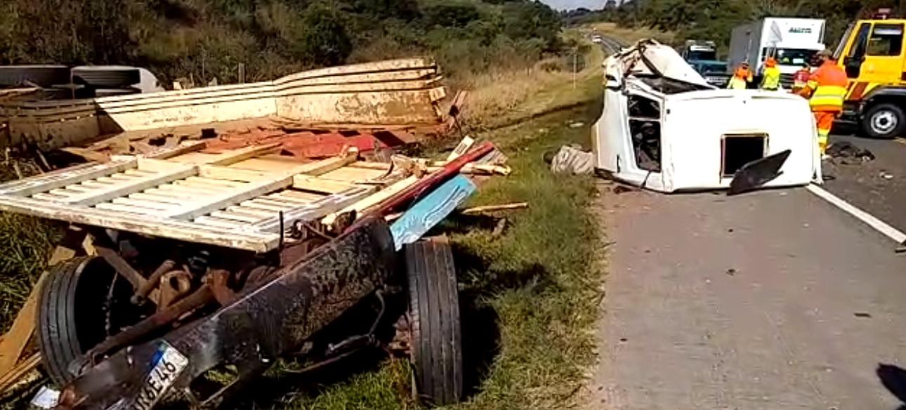 Colisão frontal entre dois caminhões deixa uma pessoa morta na PR-151