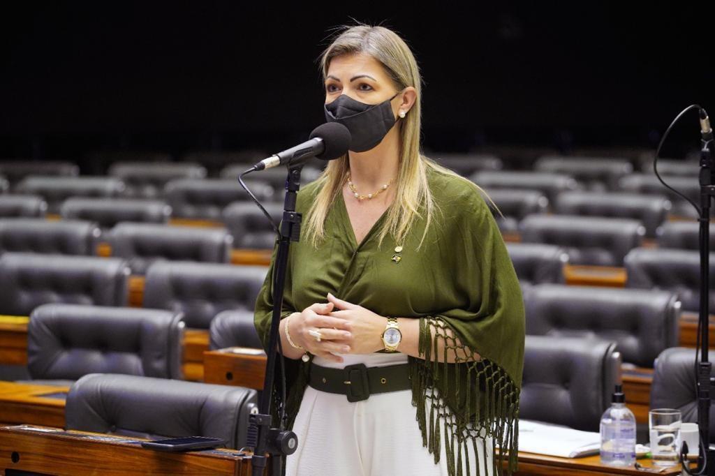 Deputada Aline comemora sanção do PL que permite fabricar 400 milhões de vacinas em 90 dias no Brasil