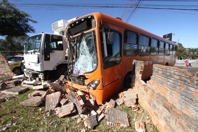 Colisão entre caminhão e ônibus da VCG deixa 11 pessoas feridas