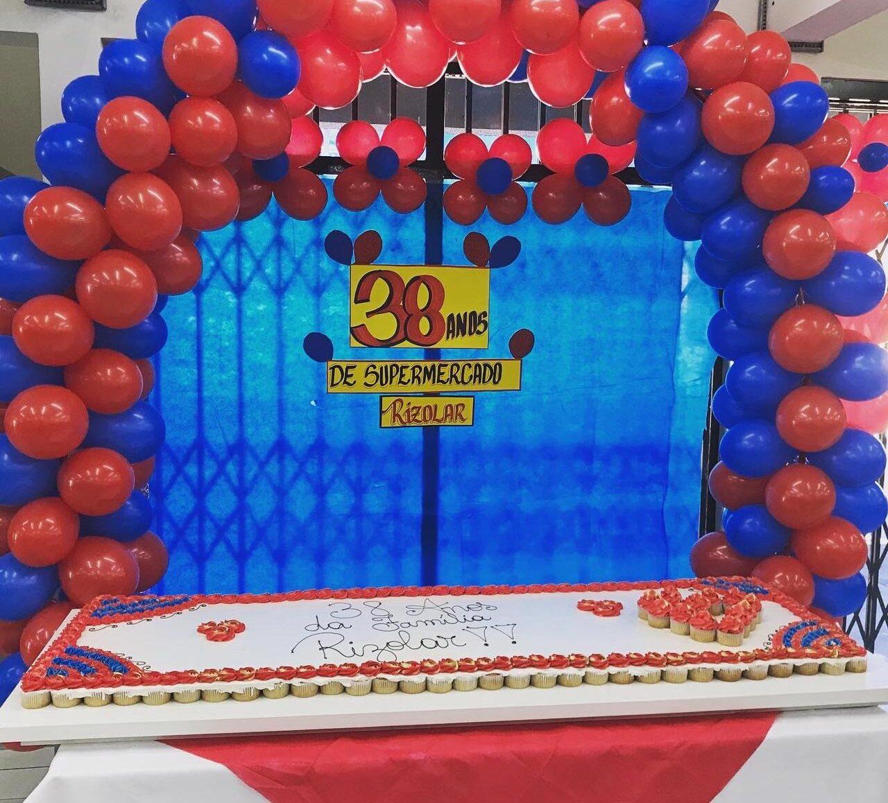 Rizolar comemorou com promoções seus 38 anos com direito a bexigas e doces