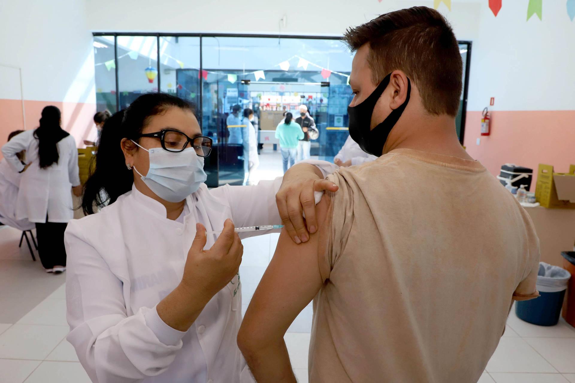 Paraná é o 3º estado que mais aplicou vacinas contra a Covid-19 na população em geral