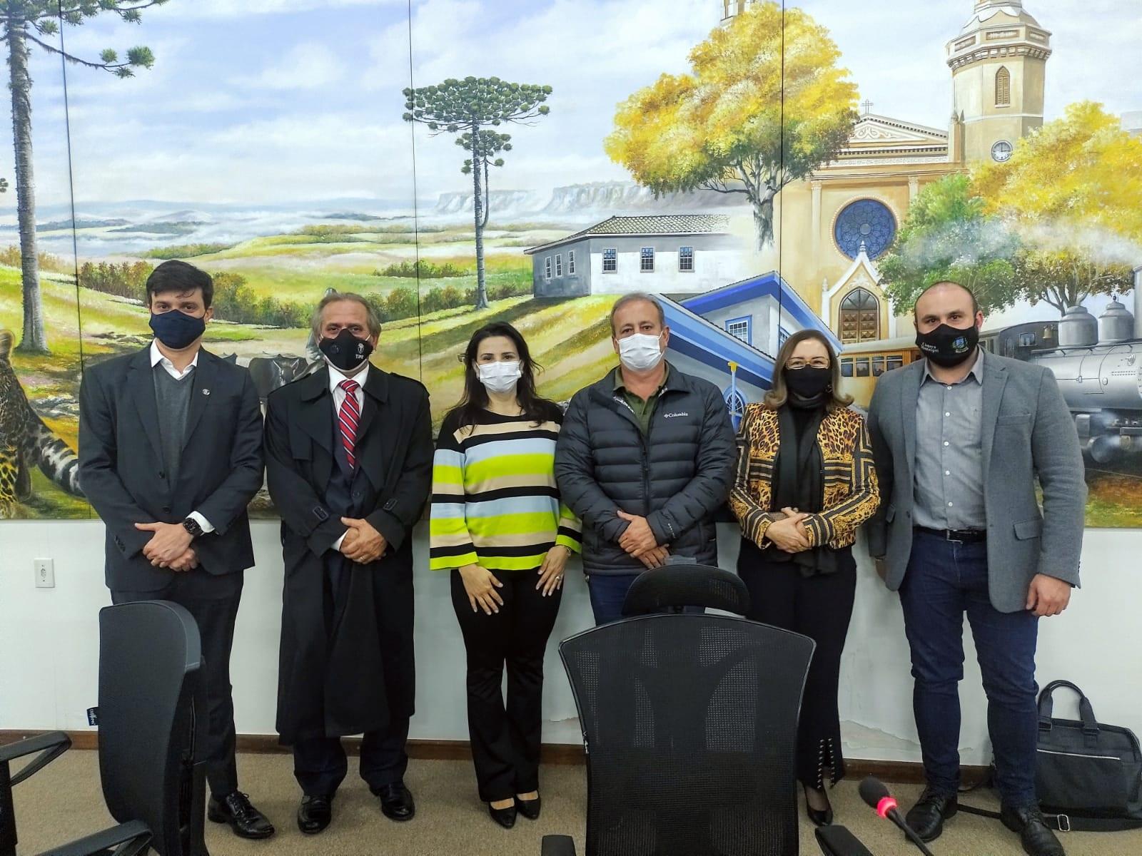 Castro recebe programa Moradia Legal