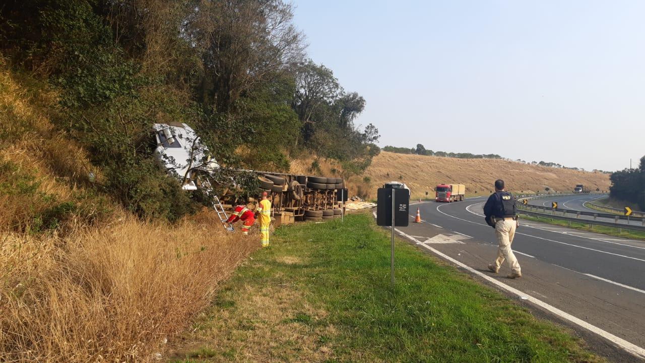 Caminhão tomba e mata motorista na BR-376