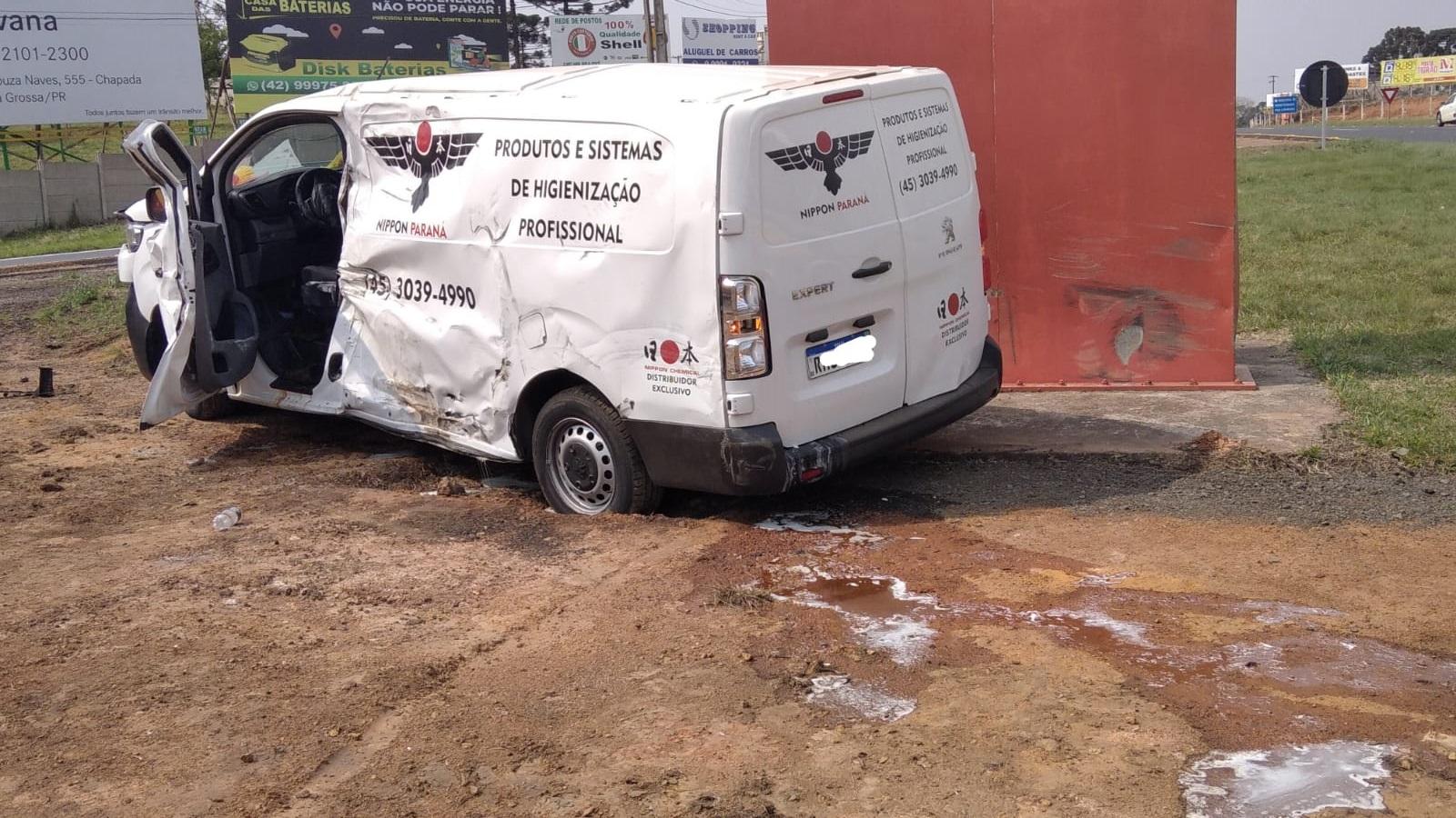 Motorista de van sofre queimaduras em colisão com micro-ônibus na BR-373