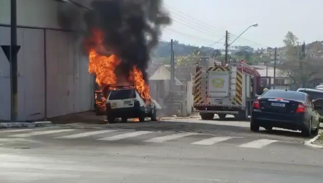Fiat Uno pega fogo no centro de Castro
