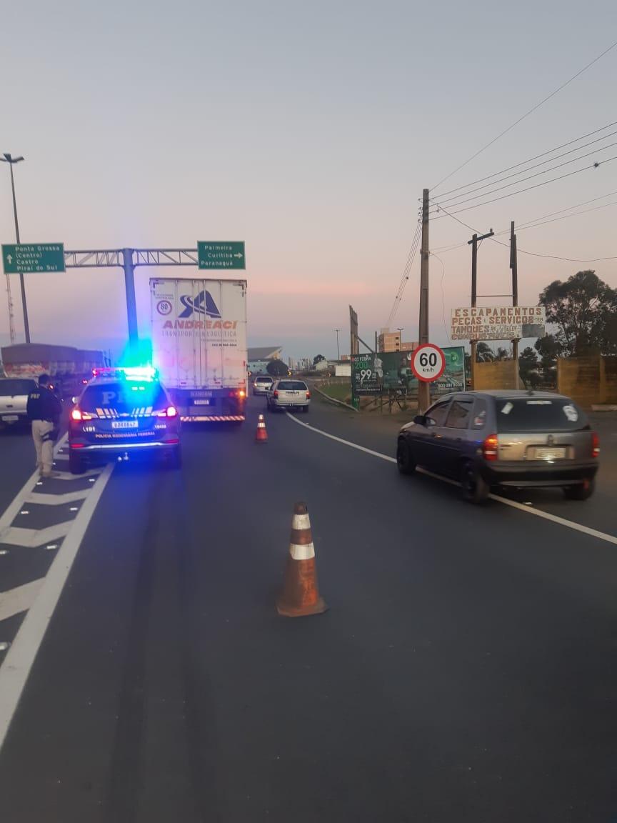 Mulher é atropelada por caminhão na BR-373