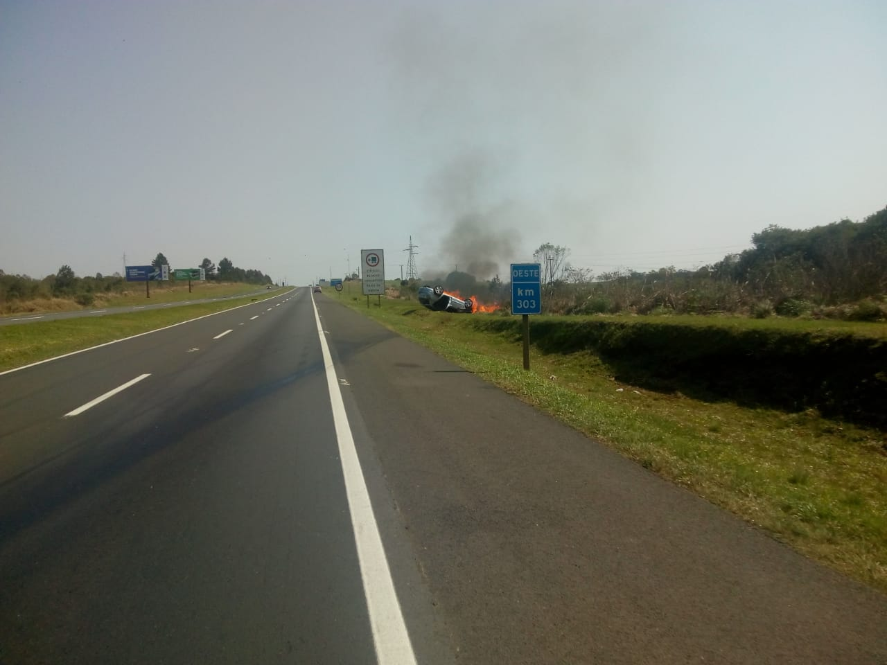 Carro capota e pega fogo na PR-151