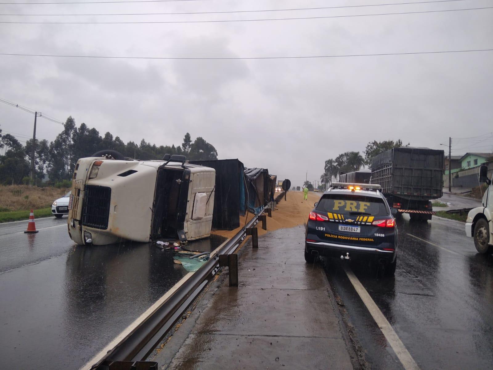 Caminhão carregado com malte tomba e deixa motorista ferido na BR-376