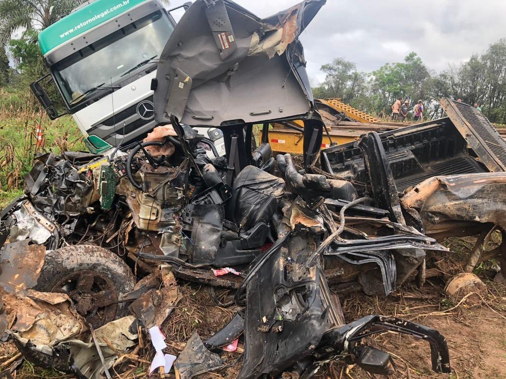 Colisão frontal entre caminhão e Ranger mata duas pessoas na BR-277