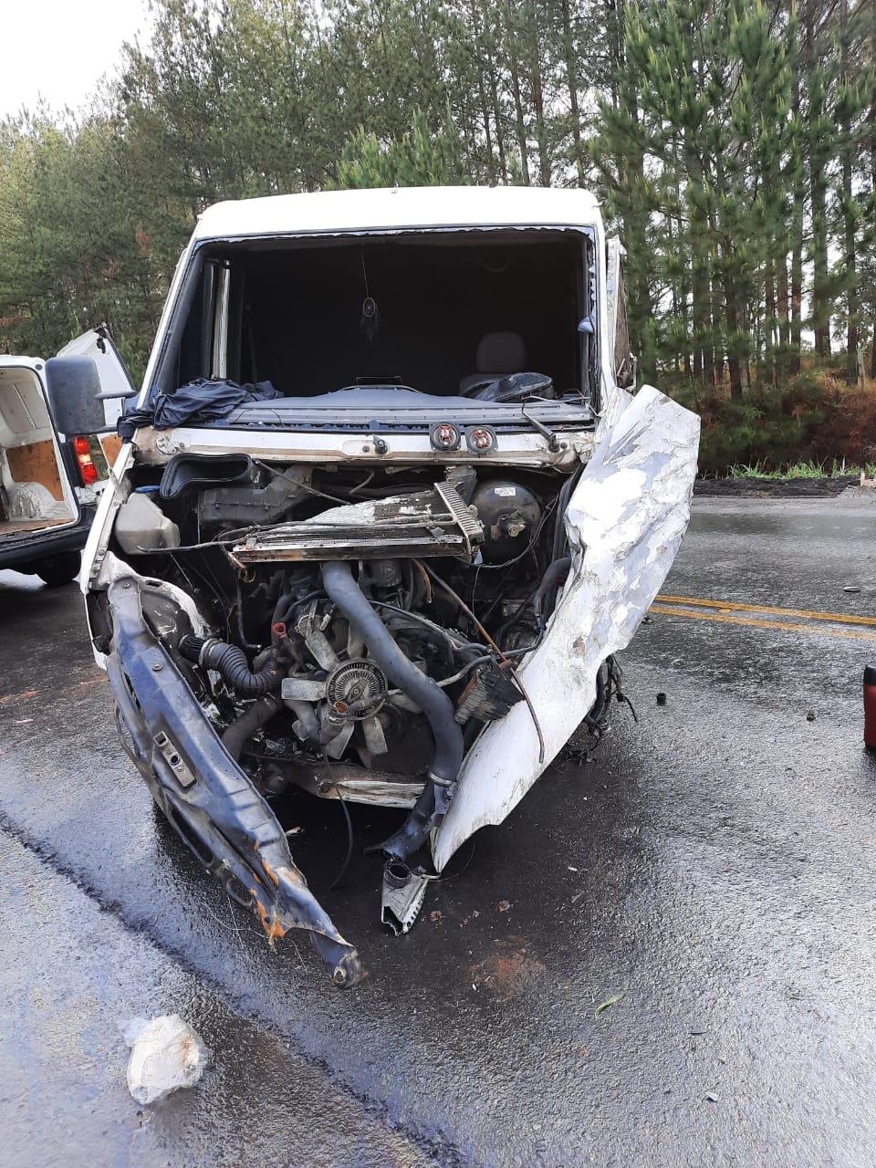 Motorista de van fica ferido em acidente na PR-151