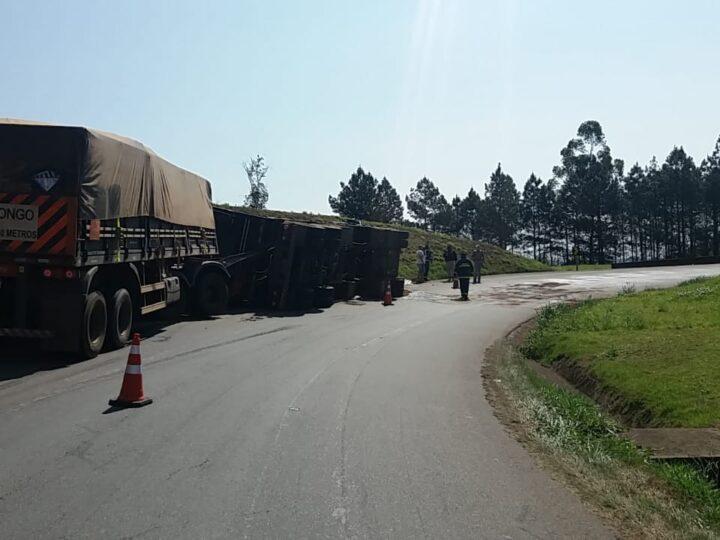 Caminhão tomba e motorista fica ferido