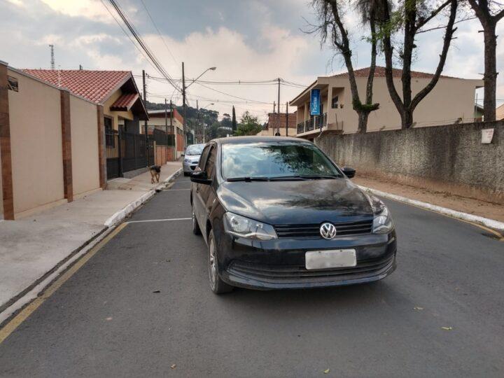 Em Castro, motorista se assusta quando vê seu carro parado no meio da rua. Faltou puxar o freio de mão?