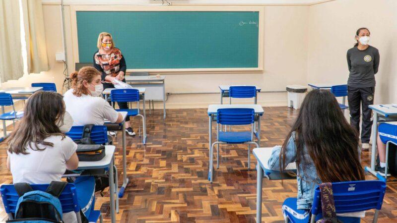 Com novo cenário da pandemia, ensino presencial passa a ser prioridade no Paraná