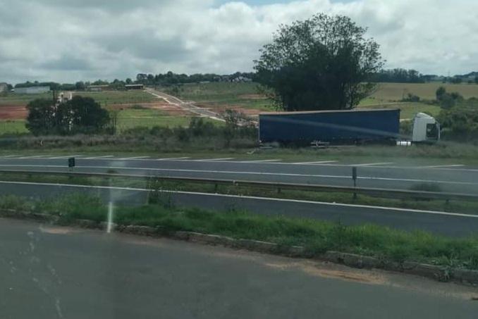 Caminhão invade pista contrária na PR-151