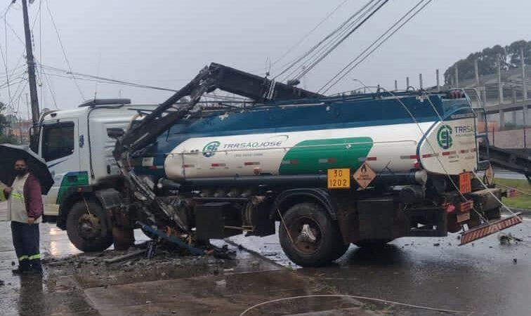 Caminhão atinge poste e deixa região sem luz próximo da BR-376