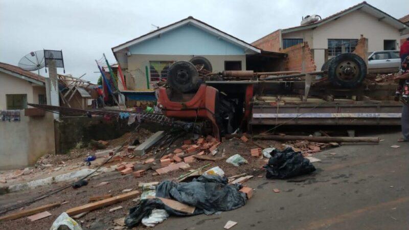 Família pede ajuda para reconstrução de parte da casa atingida pelo caminhão