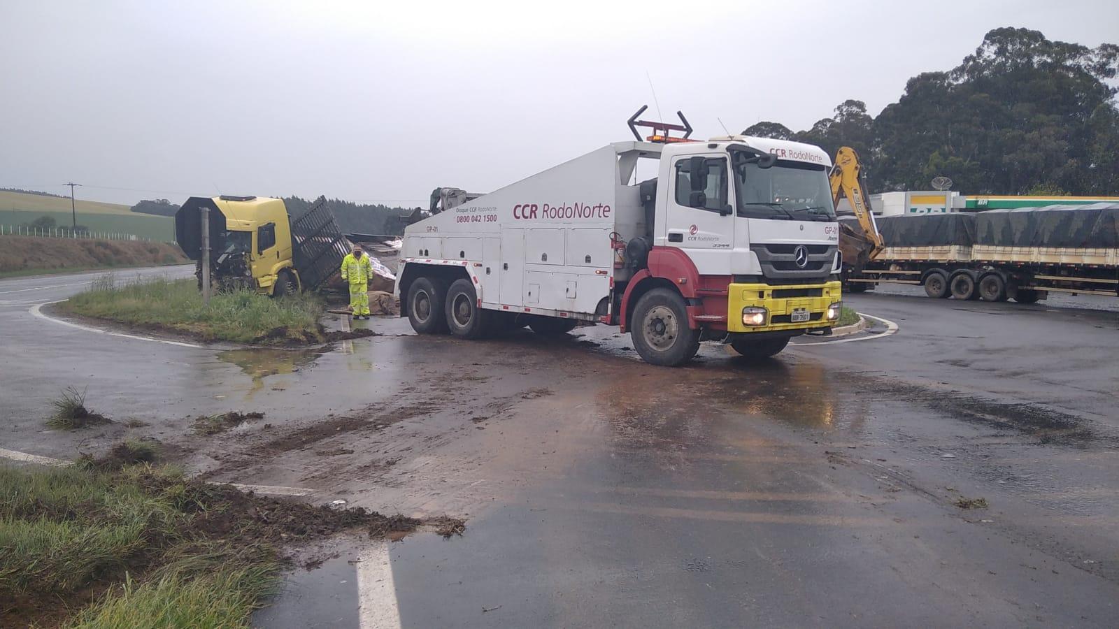 Caminhão desliza sobre a rodovia BR-376
