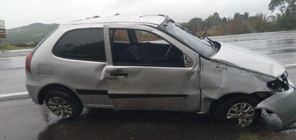 Capotamento deixa duas pessoas feridas na PR-151