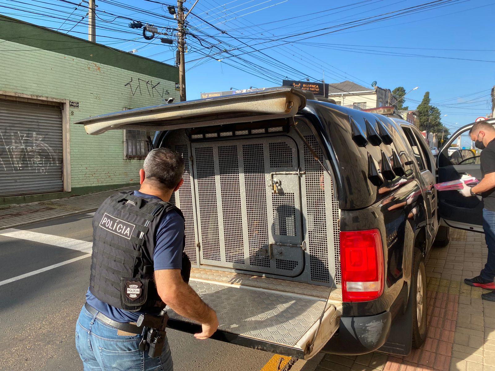 Polícia prende homem por tráfico de drogas e maus-tratos a animais
