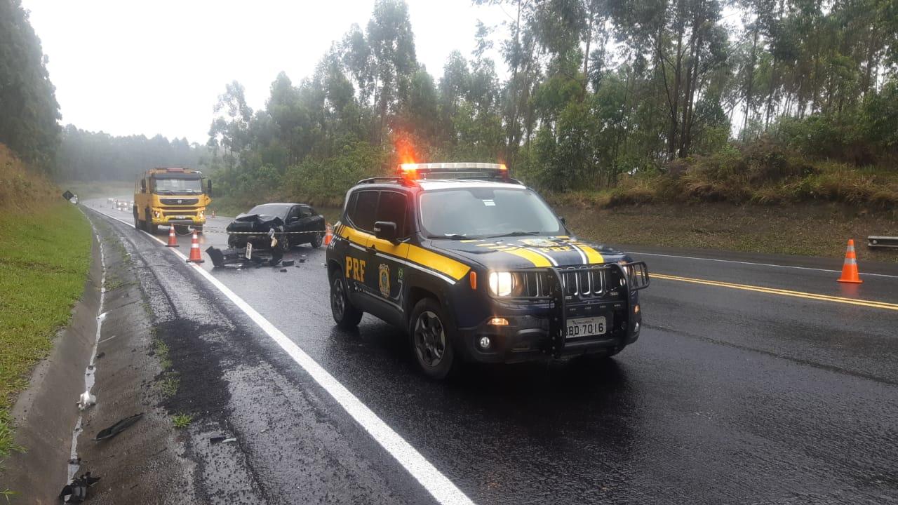 Colisão traseira mata motorista de Voyage na BR-376