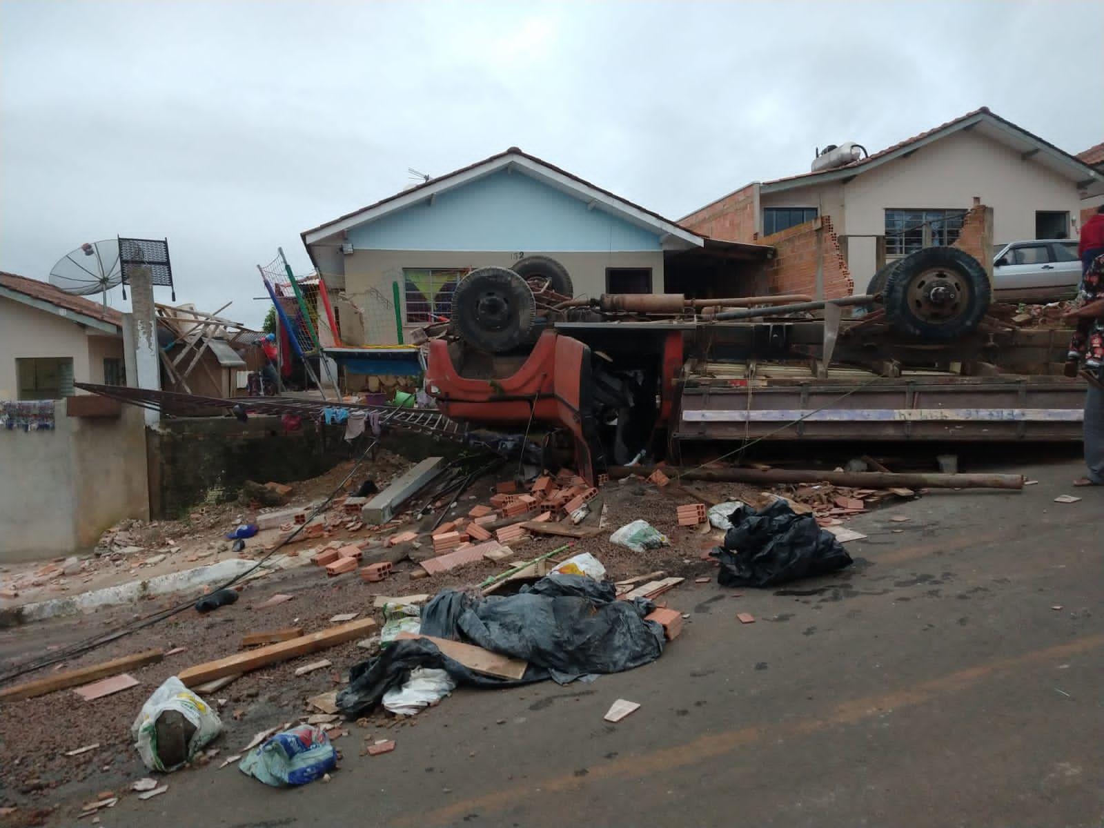 Caminhão desgovernado destrói frente de casa onde acontecia aniversário no Alvorada; veja vídeo