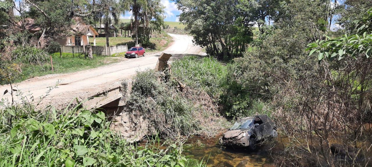 Veículo cai em rio no interior de Carambeí e motorista sofre apenas escoriações