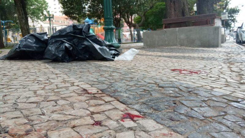 Homem encontrado morto com facada no tórax em praça de PG é identificado