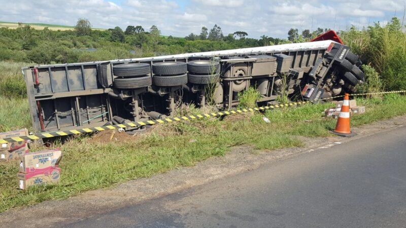 Caminhão tomba e carga de leite é saqueada na PR-151