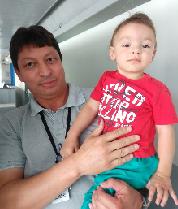 Pai e filho em momento de descontração