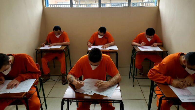 45 detentos da Cadeia Pública de Castro realizam provas do Encceja