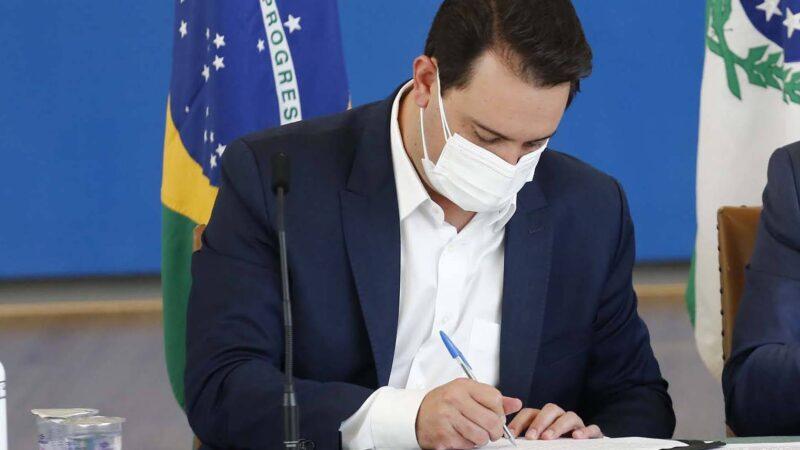 Ratinho Junior sanciona lei que institui transferência de renda de R$ 80 para famílias vulneráveis