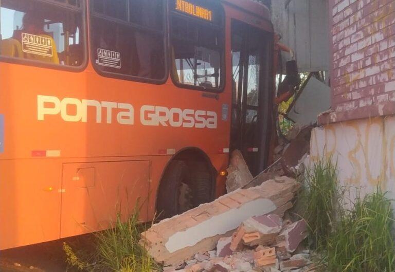 Motorista de ônibus tem mal súbito e colide contra casa